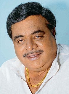 Kannada superstar Ambarish is being hotly pursued these days, but it's not the fans who are chasing him. The ruling BJP and the Congress are competing to woo the actor as they see a vote bank in his large fan base. 28Pubjun2012